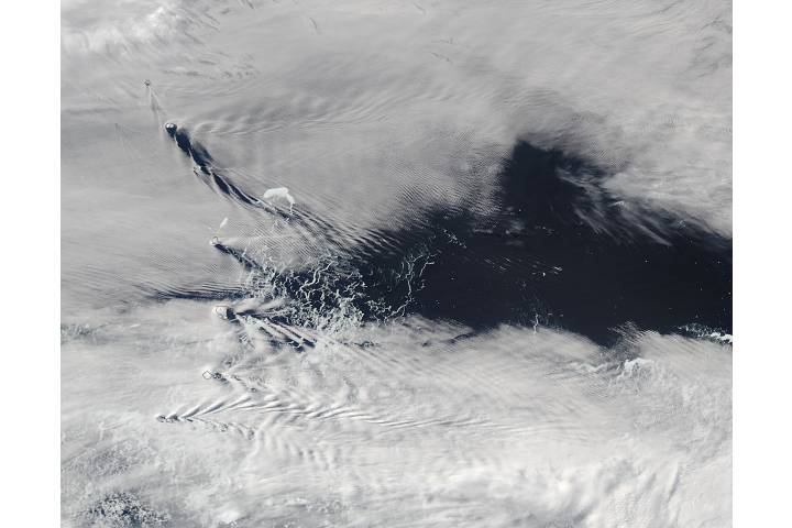 Ship-wave-shape wave clouds induced by South Sandwich Islands - selected image