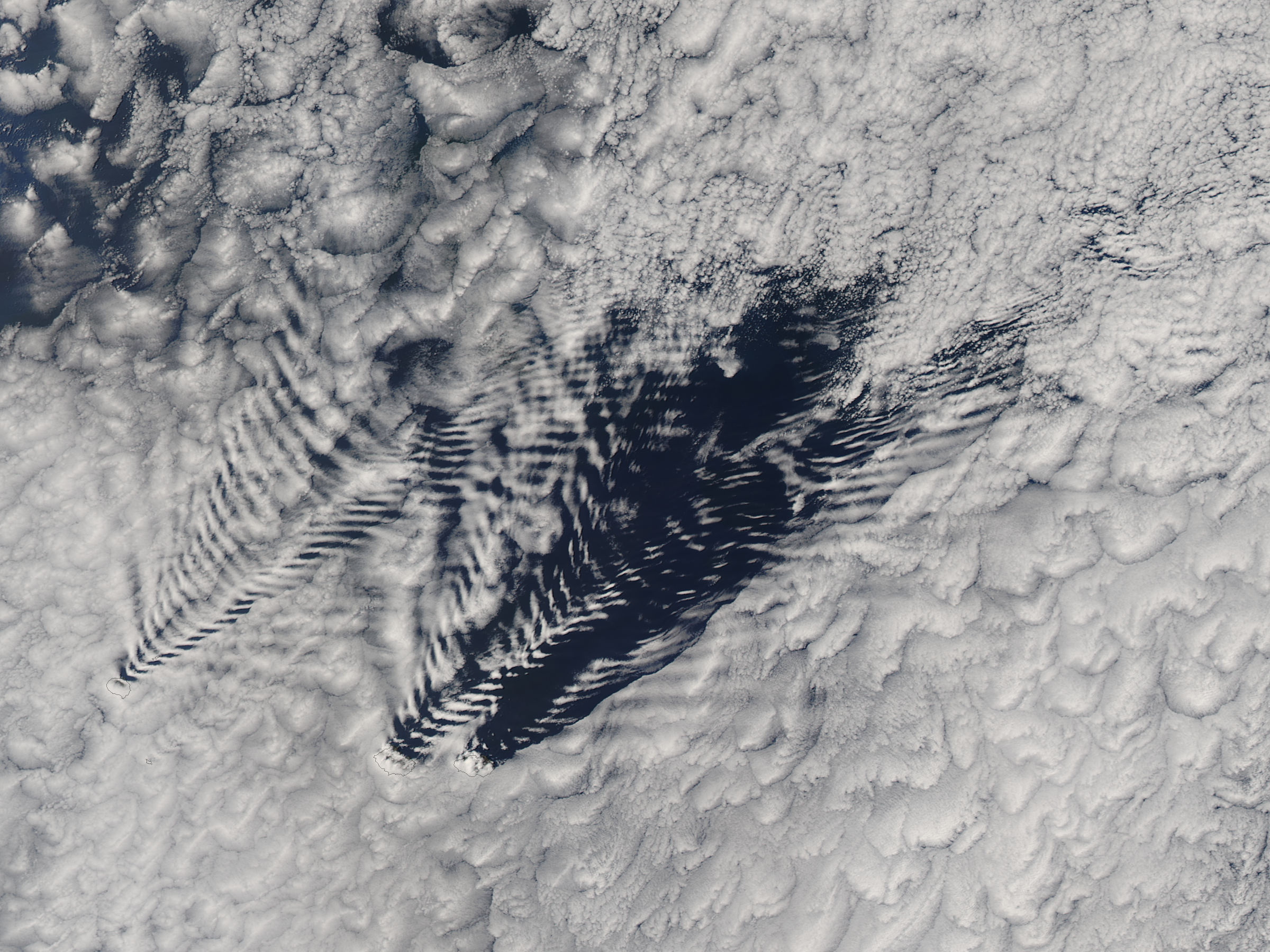 Ship-wave-shaped wave clouds induced by the Crozet Islands (afternoon overpass) - related image preview