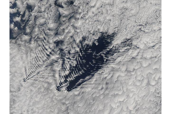 Ship-wave-shaped wave clouds induced by the Crozet Islands (afternoon overpass) - selected image