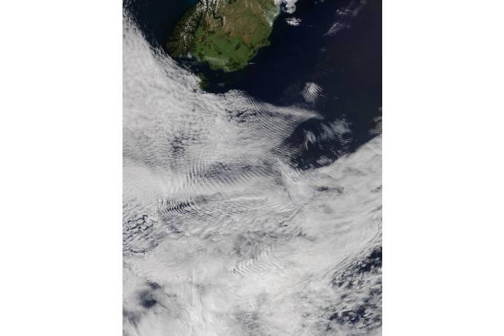 Ship-wave-shape wave clouds induced by the Auckland Islands - selected image