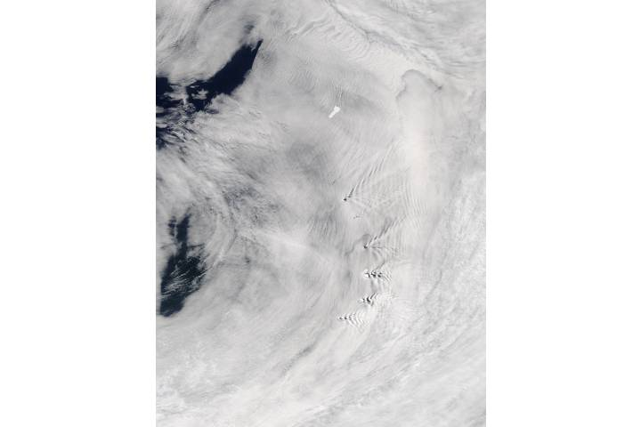 Ship-wave-shape wave clouds induced by South Sandwich Islands and Iceberg B09D - selected image