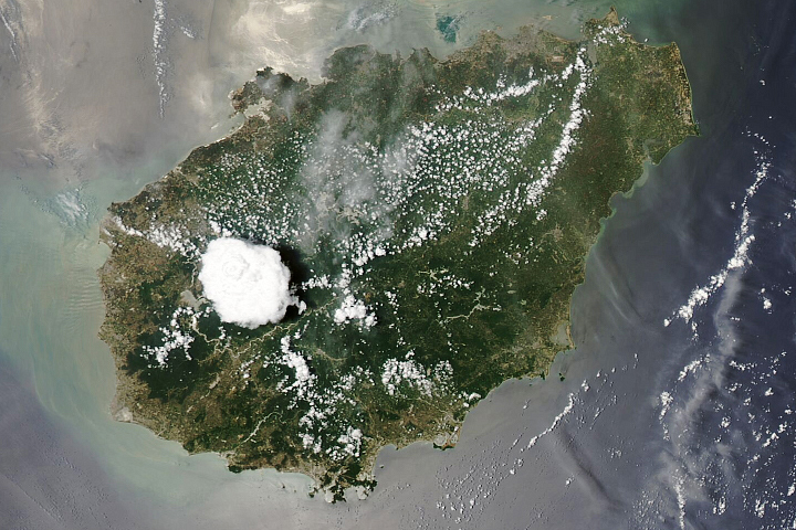 Cloud Building Over Hainan - selected image