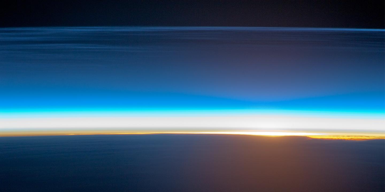 En el borde superior de la imagen aparece nubes noctulicentes captadas desde la ISS