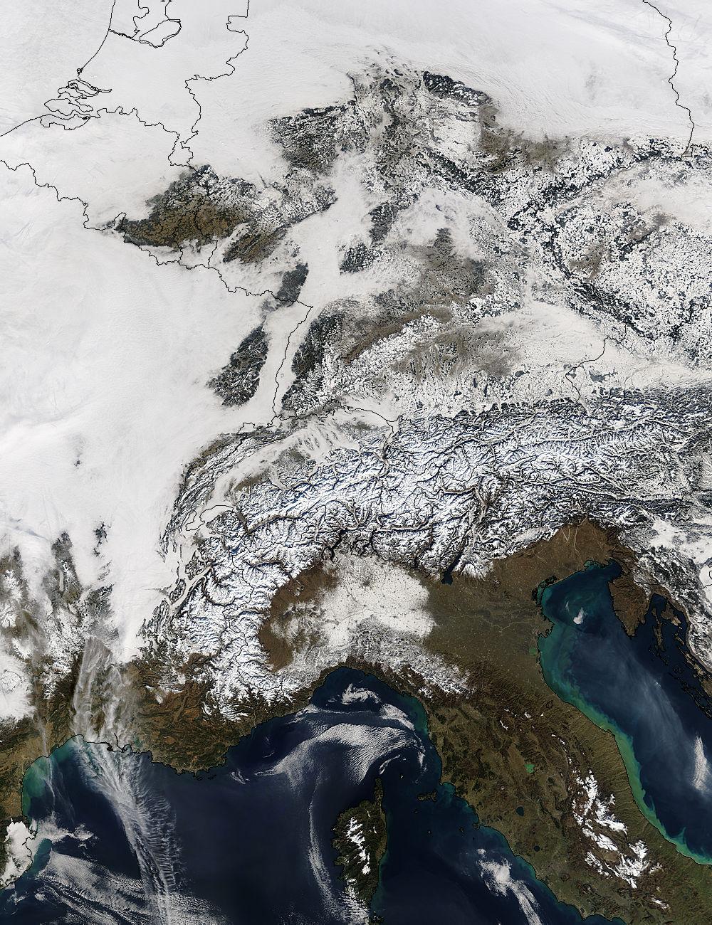 Alpen als Wetterscheide: Nördlich Nebel und Hochnebel (hellgrau), südlich Sonne. In hellem Weiß erkennt man die Schneeflächen. Quelle: NASA Visisble Earth